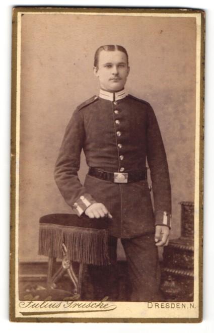 Fotografie Julius Grusche, Dresden-N, Portrait Soldat mit zeitgenöss. Frisur