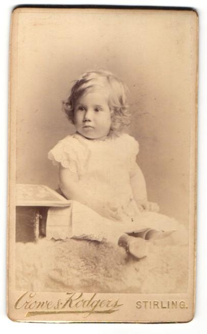 Fotografie Crowe & Kodgers, Stirling, zuckersüsses blondes Mädchen im weissen Kleidchen Stiefelchen