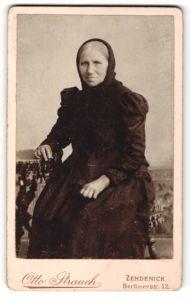 Fotografie Otto Strauch, Zehdenick, charmante ältere Dame im schwarzen Kleid mit Kopftuch