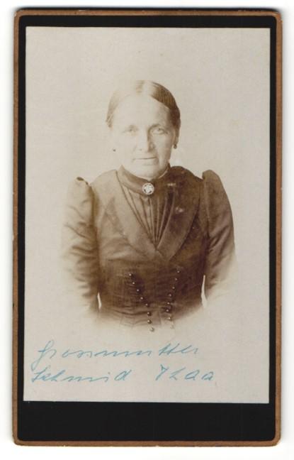 Fotografie Fotograf unbekannt, Ort unbekannt, Ältere Dame in schwarzer Tracht