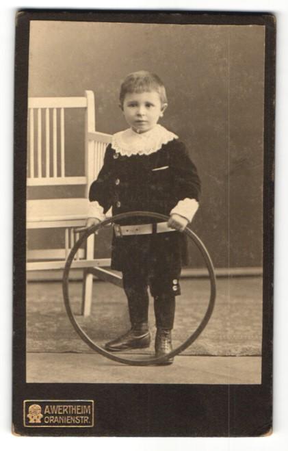 Fotografie A. Wertheim, Berlin, Portrait Bub mit Holzreifen