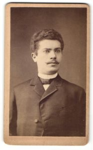 Fotografie H. Nebbien, Oldenburg, Portrait junger Herr in Anzug