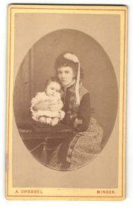 Fotografie A. Uhsadel, Minden, Portrait Dame mit Kleinkind