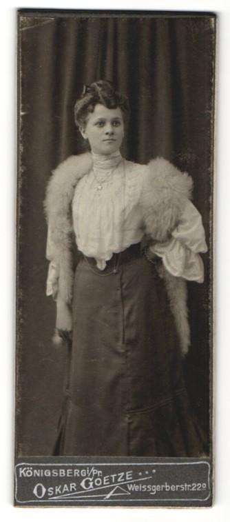 Fotografie Oskar Goetze, Königsberg i/Pr, Portrait bürgerliche junge Dame mit Pelzschal