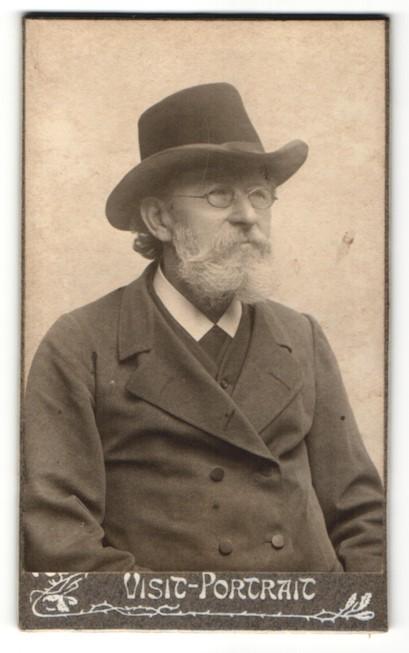 Fotografie unbekannter Fotograf und Ort, Portrait betagter Herr mit Brille und Hut