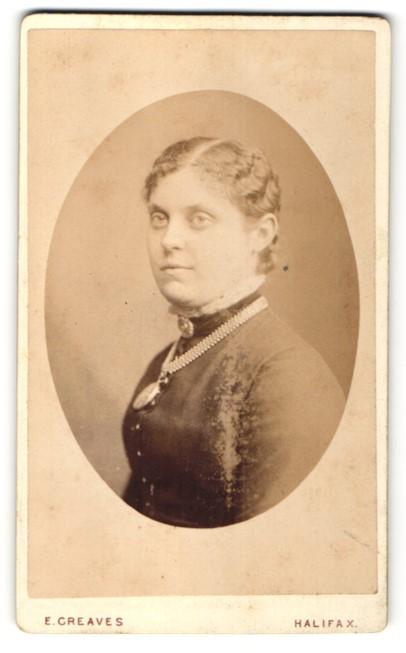 Fotografie E. Greaves, Halifax, Portrait junge Frau mit zusammengebundenem Haar