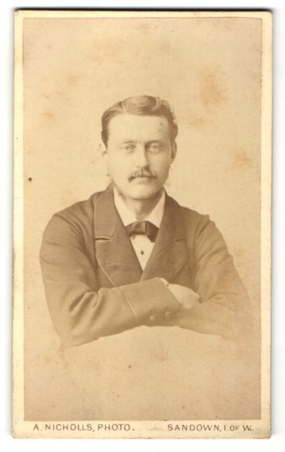 Fotografie A. Nicholls, Sandown, Portrait Herr mit zeitgenöss. Frisur