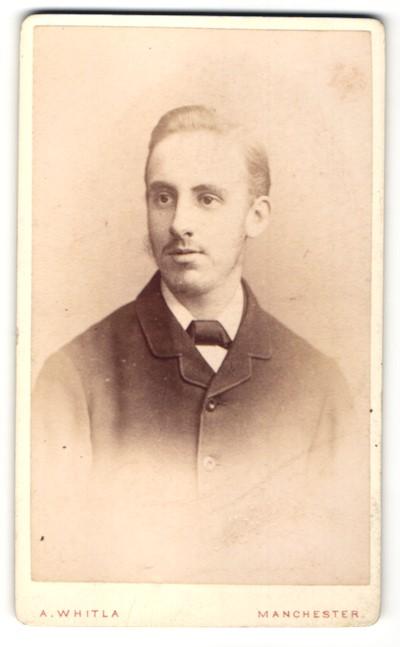 Fotografie A. Whitla, Manchester, Portrait junger Mann mit zurückgekämmtem Haar