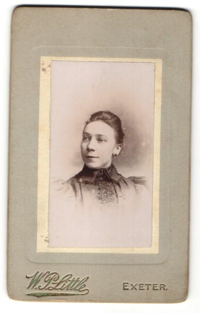 Fotografie W. P. Little, Exeter, Portrait junge Frau mit zusammengebundenem Haar