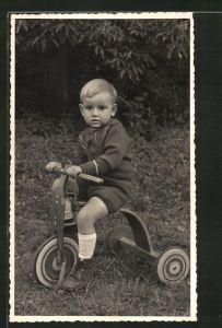 Foto-AK kleiner Bub auf Holzdreirad