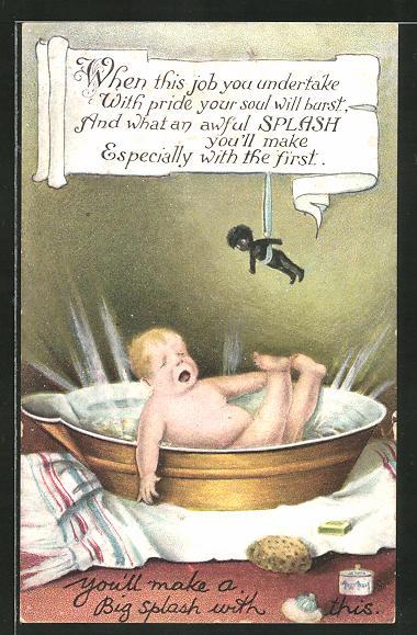 AK Kleinkind fällt in den Waschzuber und schaut auf die dunkelhäutige Puppe über sich