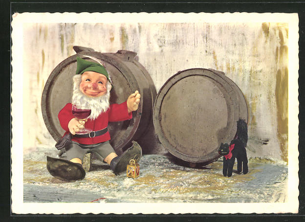 AK Steiff-Puppe sitzt vor Weinfässern und trinkt ein Glas Rotwein, schwarze Steiff-Katze schaut zu