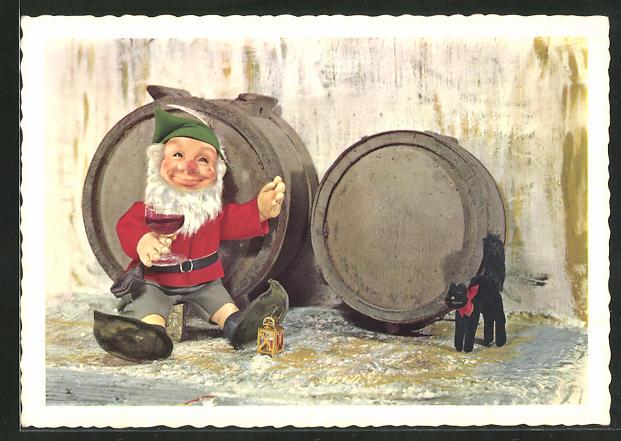 AK Steiff-Puppe sitzt mit schwarzer Steiff-Katzer vor Weinfässern und trinkt ein Glas Rotwein