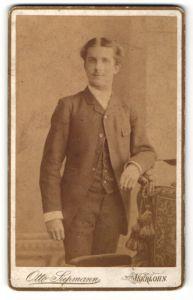 Fotografie Otto Siepmann, Iserlohn, Portrait junger Herr mit Mittelscheitel