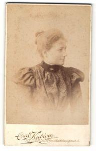 Fotografie Curt Kubica, Heilbronn a/N, Profilportrait Fräulein mit Haarknoten