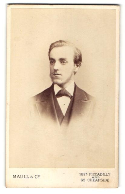 Fotografie Maull & Co., London, Portrait junger Herr mit zeitgenöss. Frisur