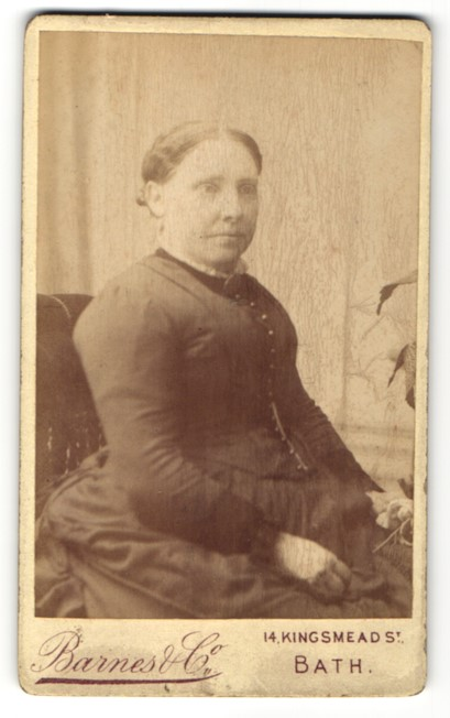 Fotografie Barnes & Co., Bath, Portrait Frau in zeitgenöss. Garderobe