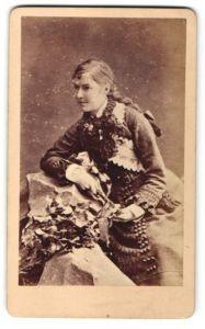 Fotografie J. Gregoire, Birmingham, Portrait junge Frau in feierlicher Garderobe