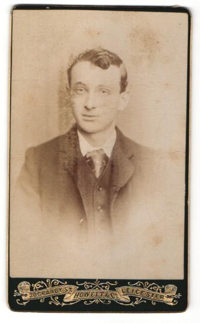 Fotografie Howett & Co., Leicester, Portrait junger Herr in Anzug