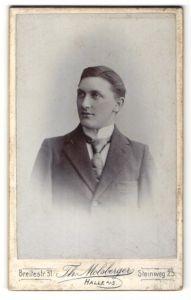 Fotografie Th. Molsberger, Halle a/S, Portrait junger Herr in Anzug