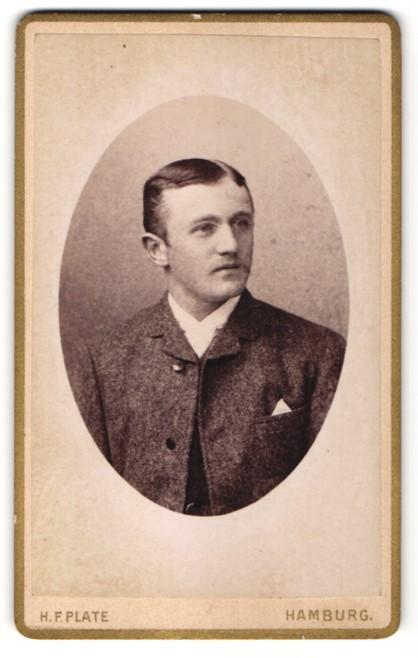 Fotografie H. F. Plate, Hamburg, Portrait junger Mann in Anzug