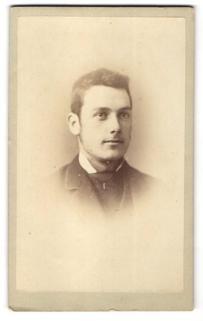 Fotografie J. A. Bridge, London-E, Portrait junger Mann mit Bürstenhaarschnitt