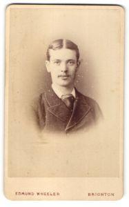 Fotografie Edmund Wheeler, Brighton, Portrait junger Herr mit Mittelscheitel