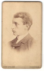 Fotografie Tho. Stearn, Cambridge, Profilportrait junger Herr