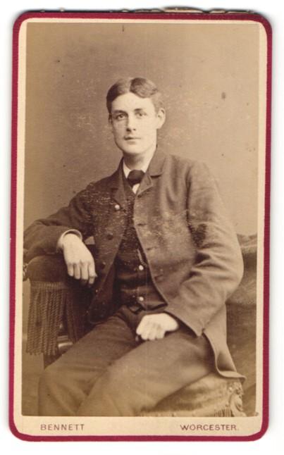 Fotografie Bennett, Worcester, Portrait junger Herr in Anzug