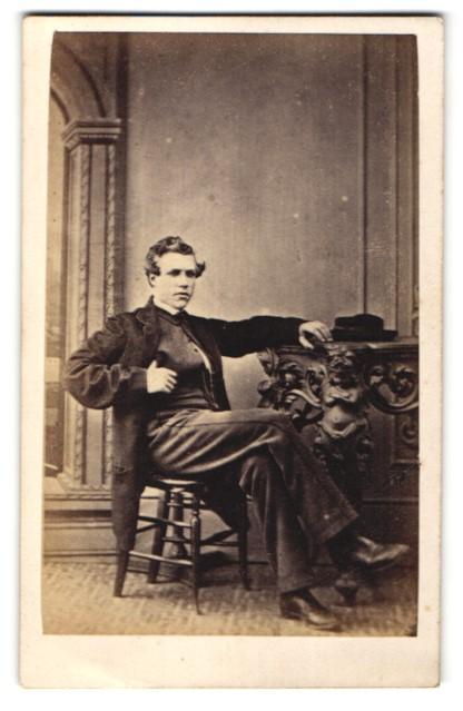 Fotografie The Parisian, London, Portrait junger Herr mit zeitgenöss. Frisur