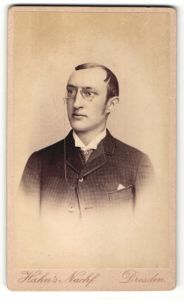 Fotografie Hahn's Nachf., Dresden, Portrait junger Mann mit Zwicker