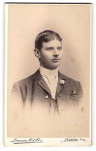 Fotografie Louis Müller, Hameln a/W, Portrait junger Herr mit zeitgenöss. Frisur