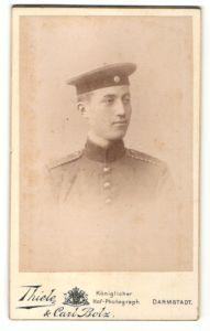 Fotografie Thiele & Carl Bolz, Darmstadt, Portrait Soldat mit Schulterklappen mit Paspelierung
