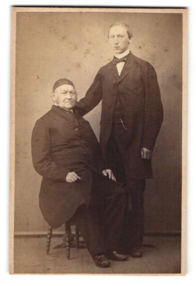 Fotografie unbekannter Fotograf und Ort, Portrait junger Mann und älterer Herr, Vater und Sohn?