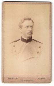 Fotografie J. Lawitzky, Berlin, Portrait Mann in Dienstkleidung, Uniform