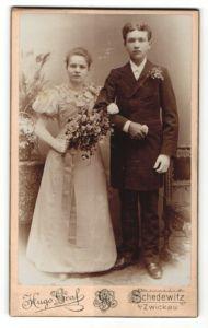 Fotografie Hugo Graf, Schedewitz, Portrait junges Paar in festlicher Kleidung