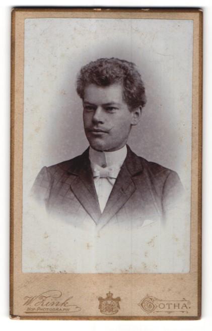 Fotografie W. Zink, Gotha, Portrait junger Herr mit zeitgenöss. Frisur