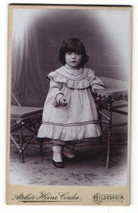Fotografie Heinr. Cordes, Hildesheim, Portrait kleines Mädchen in Kleid