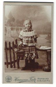 Fotografie Hermann Tietz, Hamburg, Portrait Mädchen in kariertem Kleid