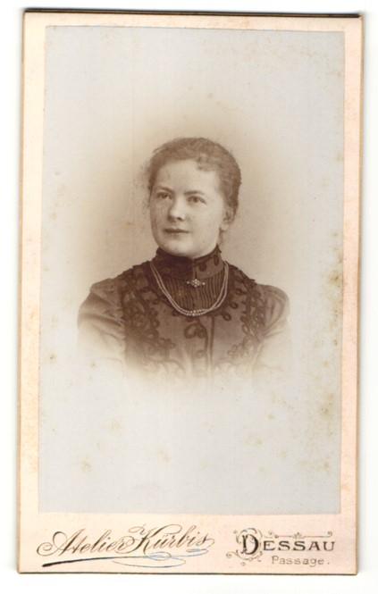 Fotografie Atelier Kürbis, Dessau, Portrait junge Frau mit zusammengebundenem Haar