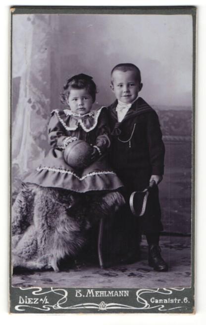 Fotografie B. Mehlmann, Diez a/L, Portrait kleines Mädchen mit Gummiball und Bub mit Tennisschläger