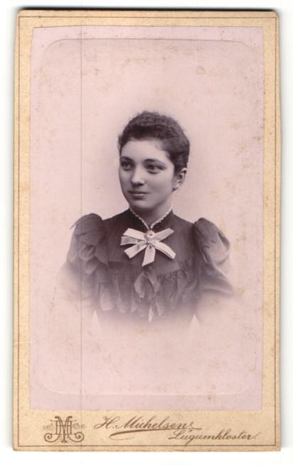 Fotografie H. Michelsen, Lügumkloster, Portrait Fräulein mit zusammengebundenem Haar