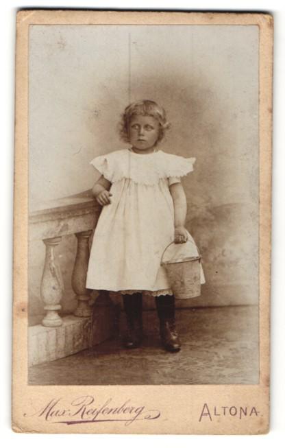 Fotografie Max Reifenberg, Hamburg-Altona, Portrait Mädchen in Kleid mit Eimer