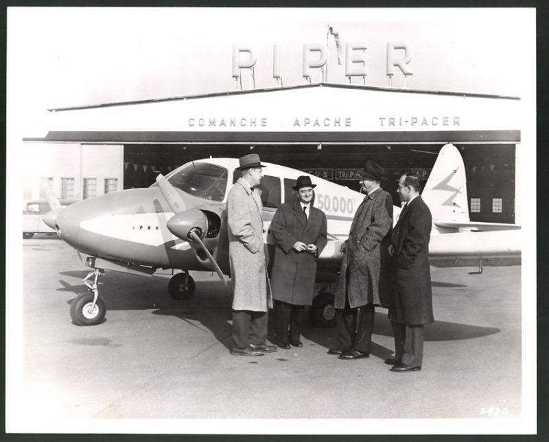 Fotografie Flugzeug Piper PA23, 50.000 Piper Flugzeug, Generaldirektor W. Kilgore & der neue Besitzer, 25 x 20cm