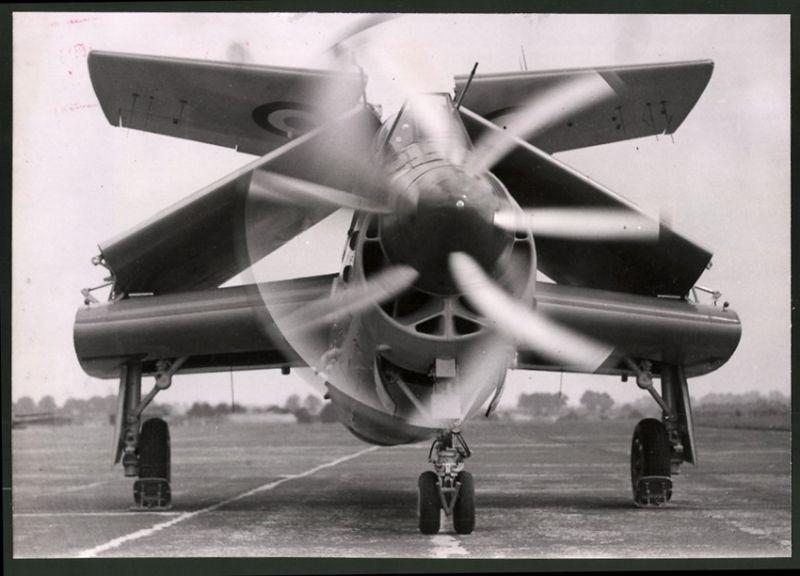 Fotografie Flugzeug Fairey 17 zur U-Boot Abwehr, Flugzeug mit eingeklappten Tragflächen, Grossformat 25 x 17cm