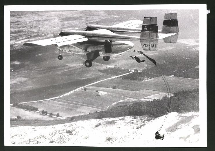 Fotografie Israel Aircraft Industries, Flugzeug IAI Arava, Fallschirmjäger springen aus dem Flugzeug