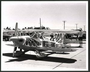 Fotografie Flugzeug, Kunstflieger-Doppeldecker bei einer Luftfahrt-Veranstaltung, Grossformat 25 x 20cm
