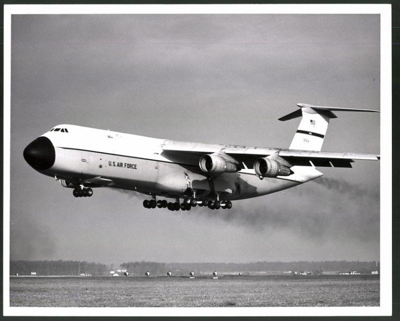 Fotografie Flugzeug Lockheed C-5 der USAF während der Landung, Grossformat 25 x 20cm
