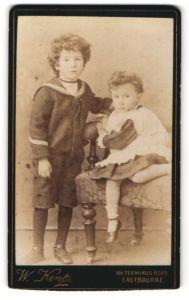 Fotografie W. Kent, Eastbourne, Portrait Kleinkind und älterer Bruder