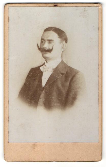 Fotografie unbekannter Fotograf und Ort, Portrait Herr mit imposantem Schnauzbart